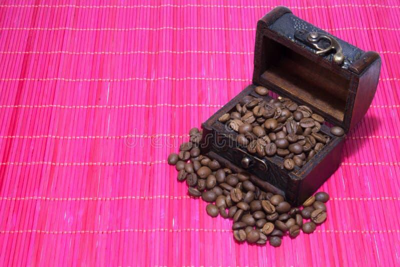 Coffre avec des grains de café images libres de droits