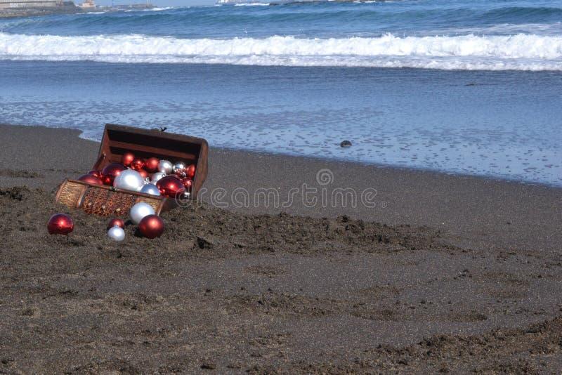 Coffre de Brown dans le sable photographie stock