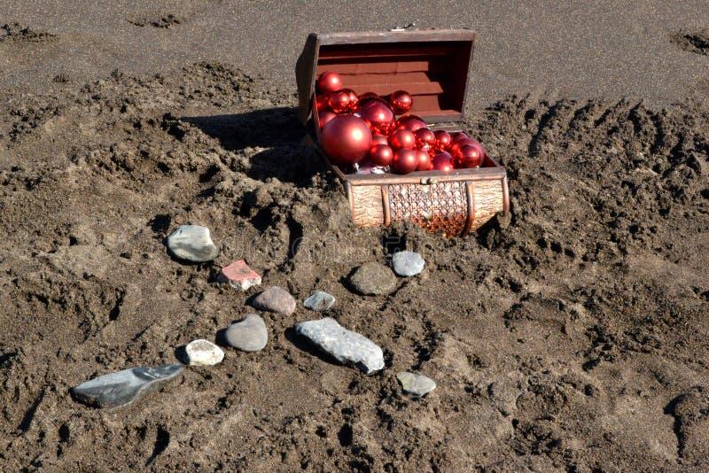 Coffre de Brown dans le sable image stock
