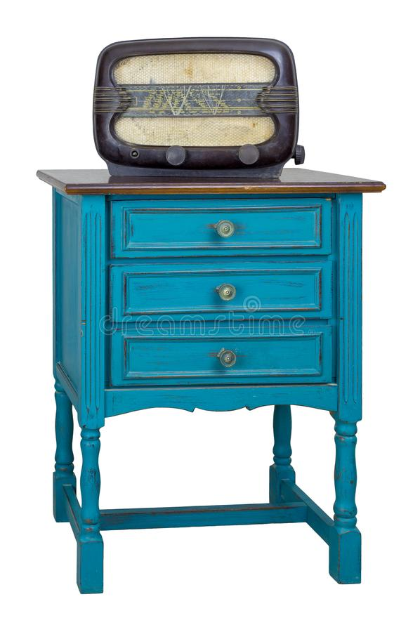 Coffre de commode de turquoise de vintage des tiroirs avec 3 tiroirs avec les garnitures en laiton et la radio analogue âgée d'is photos libres de droits