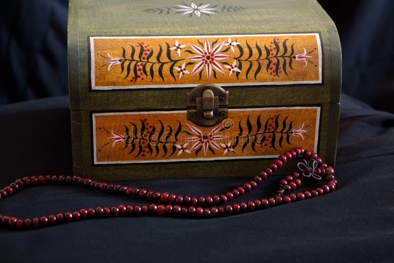 Coffre de cru avec de vieilles peintures et collier rouge images libres de droits