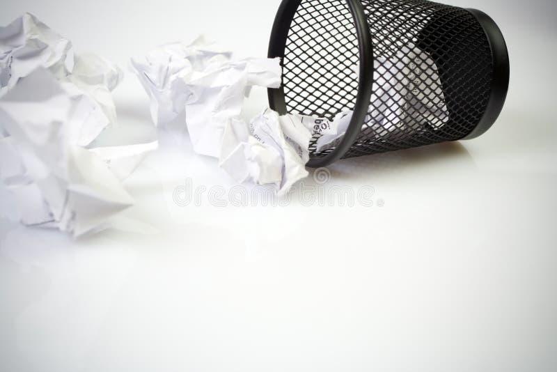 Coffre de détritus avec les billes de papier images libres de droits