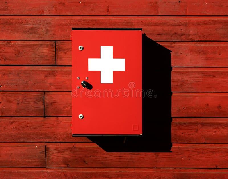 Coffre de médecine sur une vieille barrière en bois au soleil photo stock