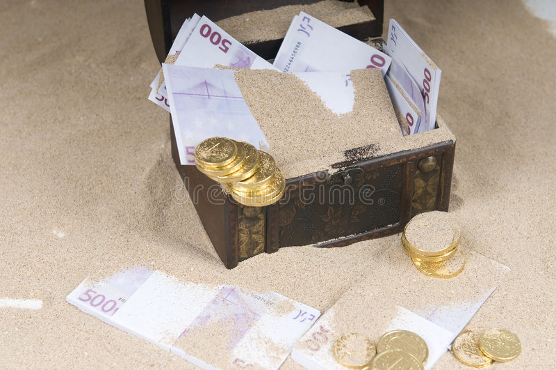 Coffre de trésor avec des euro photos stock