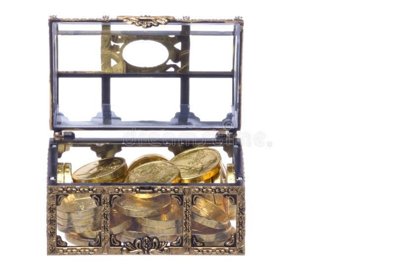 Coffre de trésor avec des pièces d'or d'isolement photos stock