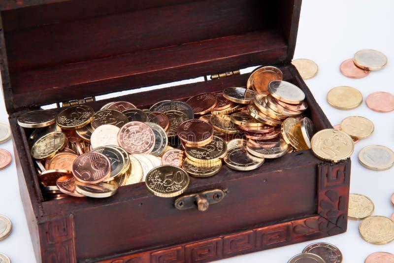 Coffre de trésor avec des pièces de monnaie photographie stock libre de droits