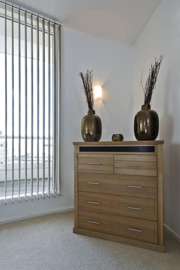 Coffre des tiroirs avec la décoration images stock