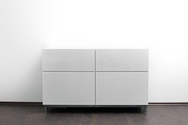 Coffre des tiroirs blanc dans l'intérieur lumineux de minimalisme photos stock