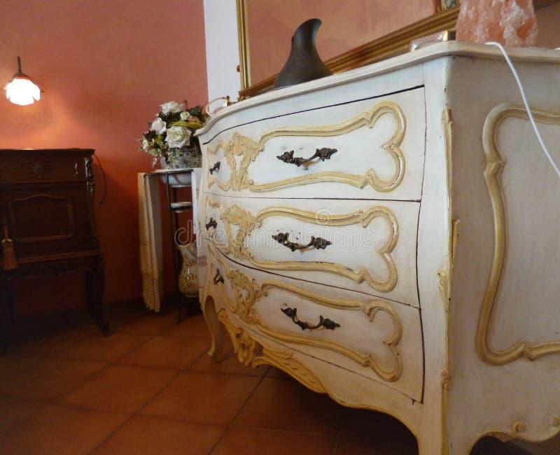 Coffre des tiroirs blanc en bois élégant dans le style italien classique photos stock