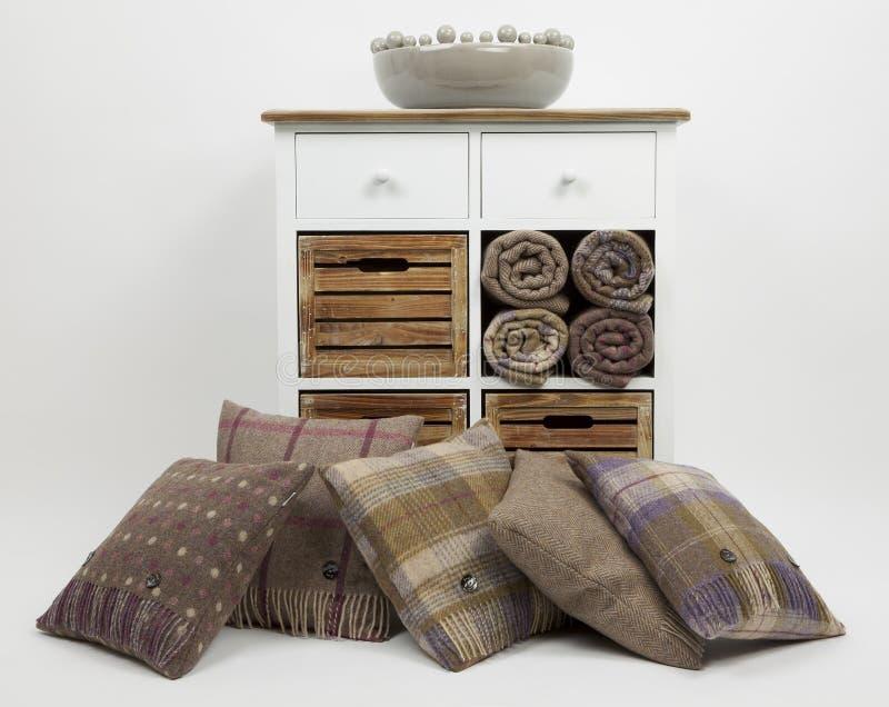 Coffre des tiroirs, des coussins et des ornements 5 image stock
