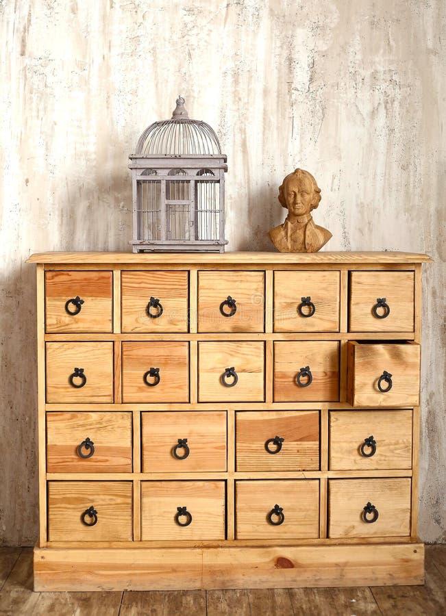 Coffre des tiroirs en bois dans la pièce dénommée minable photographie stock