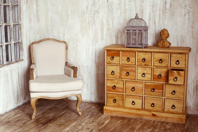 Coffre des tiroirs en bois dans la pièce dénommée minable photos stock