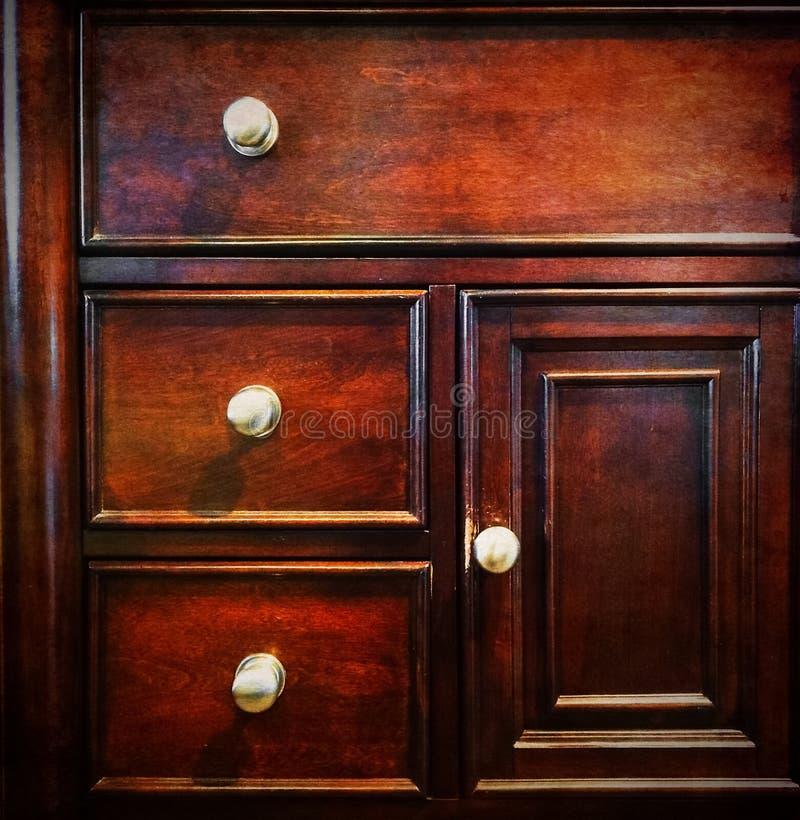 Coffre des tiroirs en bois foncé photo stock