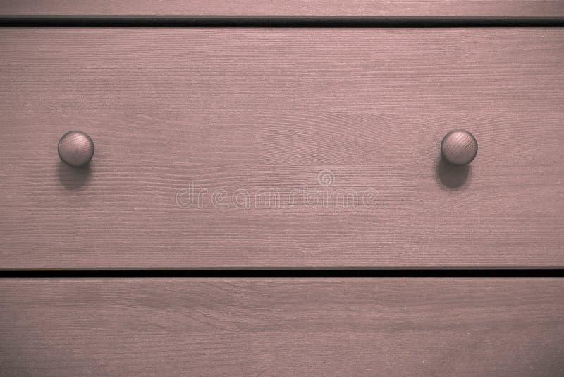 Coffre des tiroirs rose avec des poignées photographie stock