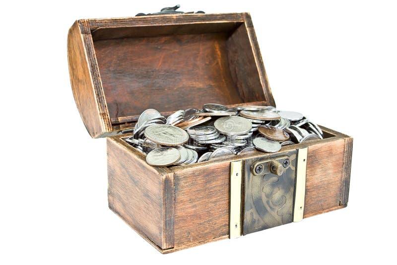 Coffre en bois avec des pièces de monnaie photo stock