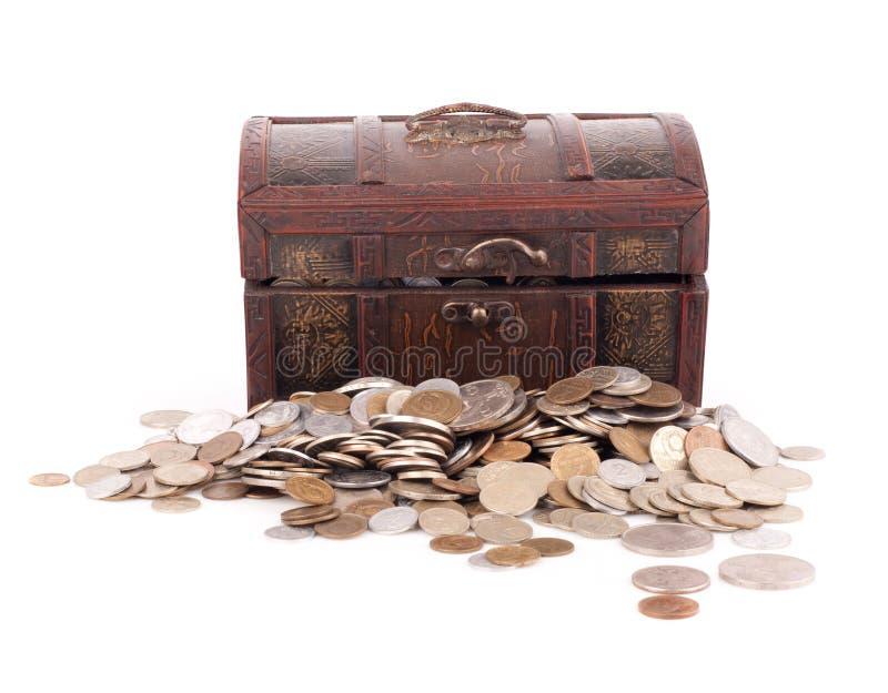 Coffre en bois avec des pièces de monnaie photos stock