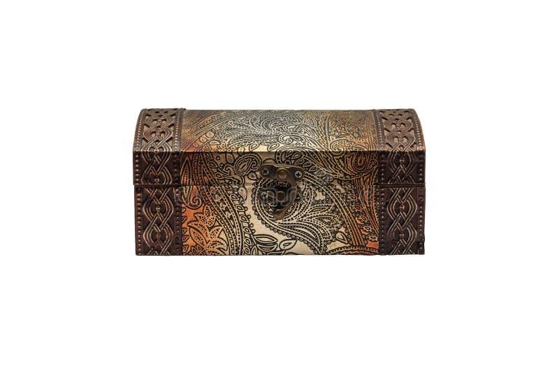 Coffre en bois avec la pièce forgéee sur le fond blanc photographie stock libre de droits