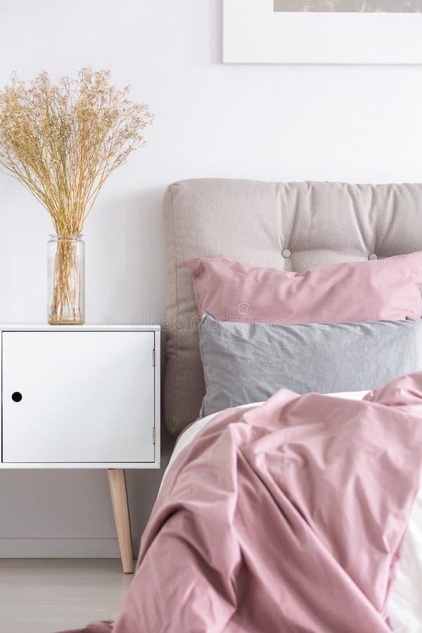 Coffre en bois blanc dans la chambre à coucher photographie stock libre de droits