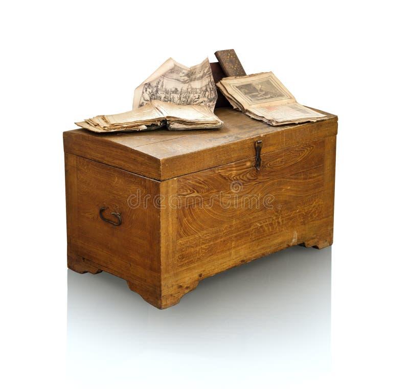 Coffre en bois de vintage avec des livres images stock