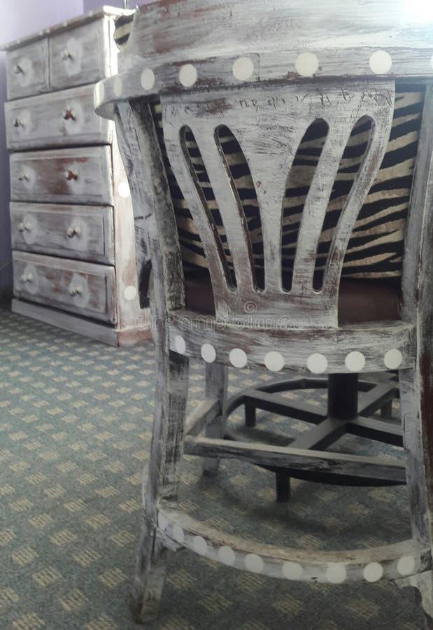 Coffre et chaise refaits image libre de droits