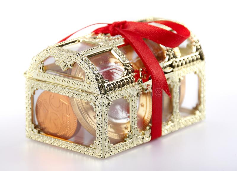 Coffre et chocolat sous forme de pièces de monnaie photographie stock
