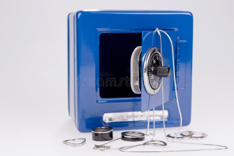 Coffre-fort bleu avec les bijoux argent?s photo stock