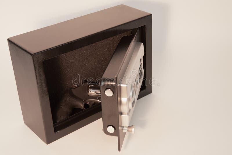 Coffre-fort d'arme à feu avec l'arme à feu photos stock
