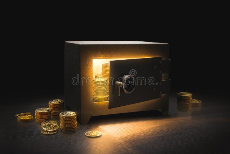 Coffre-fort en acier de banque sur un fond foncé images libres de droits