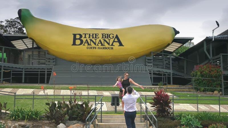 COFFS-HAVEN, AUSTRALIË 9 MAART, 2017: de toeristen stellen voor een foto bij de beroemde grote banaan bij coffshaven stock foto