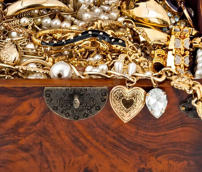 Cofre del tesoro con la perla de oro de la pulsera del diamante de la serpiente fotos de archivo libres de regalías