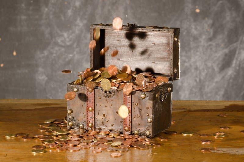 Cofre del tesoro con con las monedas del euro del vuelo fotos de archivo