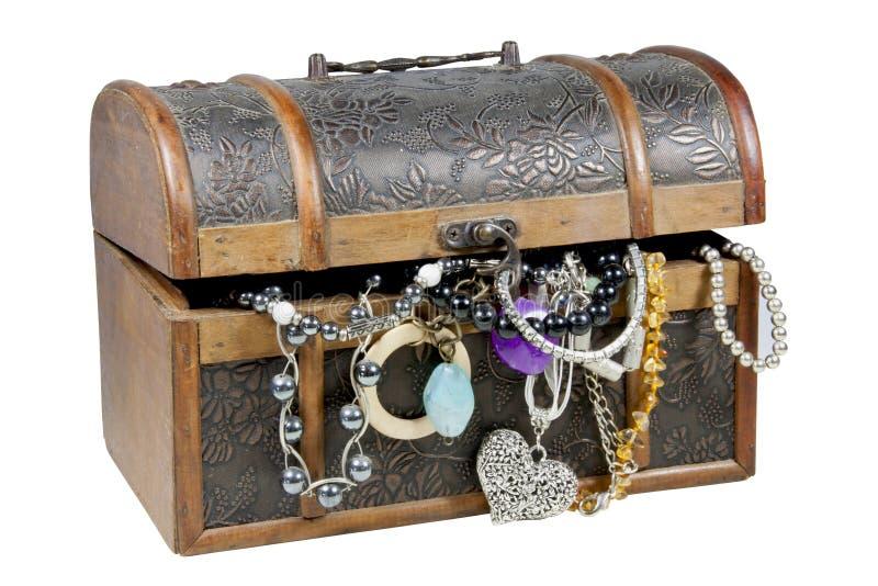 Cofre del tesoro de madera ornamental que desborda con joyería fotos de archivo