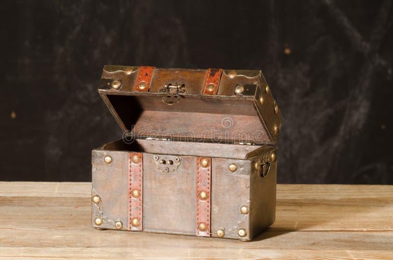 Cofre del tesoro vacío hecho de la madera imagen de archivo