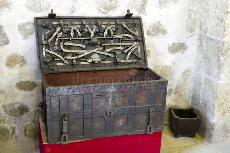 Cofre del tesoro viejo del metal con el mecanismo complicado fotos de archivo