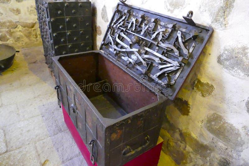 Cofre del tesoro viejo del metal con el mecanismo complicado imagenes de archivo