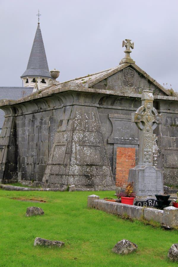 Cofre-forte velho lindo do cemitério e cruz celta no cemitério velho, Irlanda, 2014 fotografia de stock royalty free