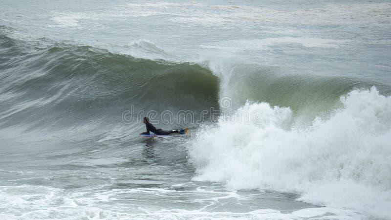 Cogida de una onda imagen de archivo