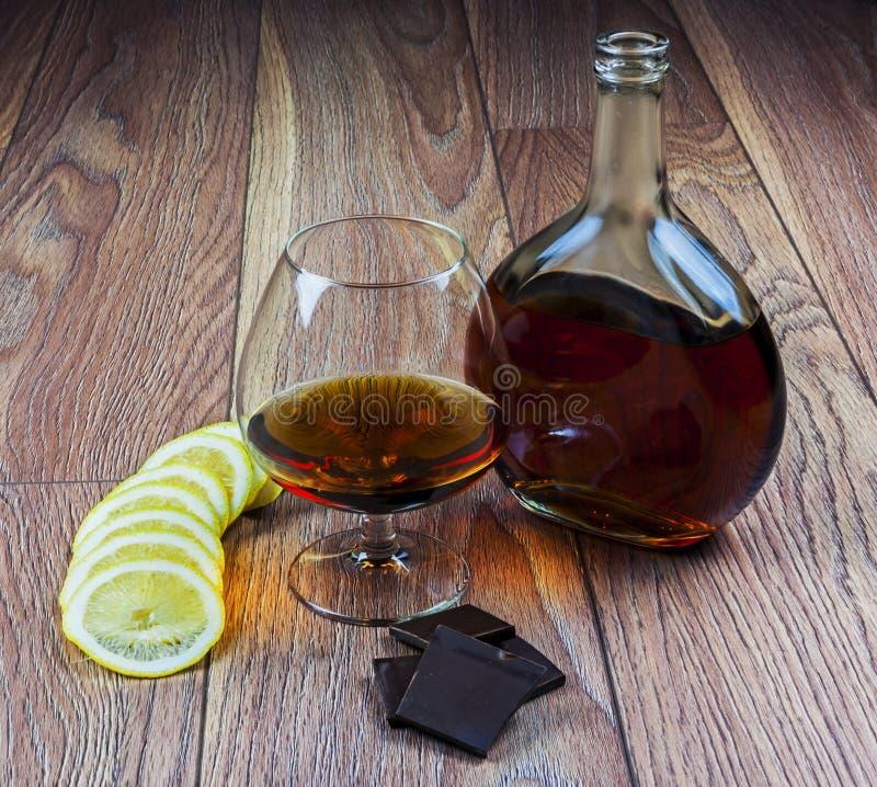 Cognac avec le citron et le chocolat photos stock