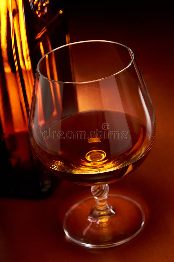 Cognac dans une glace images stock