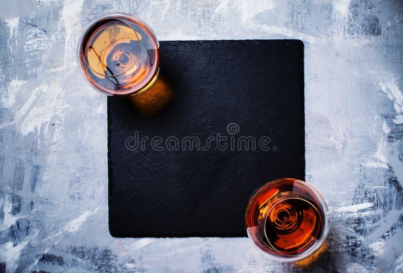 Cognac in due vetri su fondo di pietra, vista superiore immagine stock libera da diritti