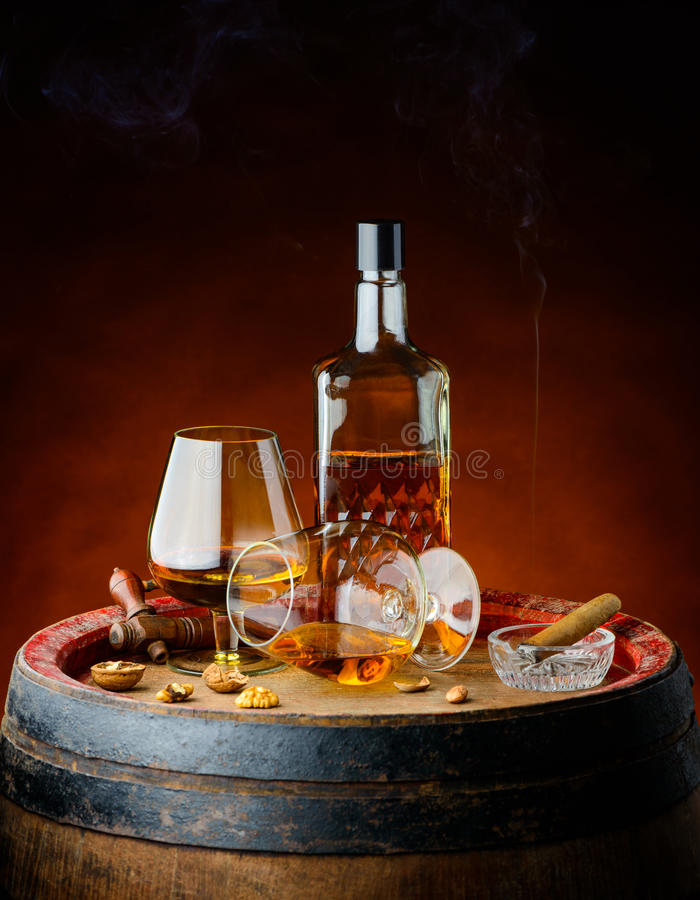 Cognac e sigaro in cantina fotografia stock