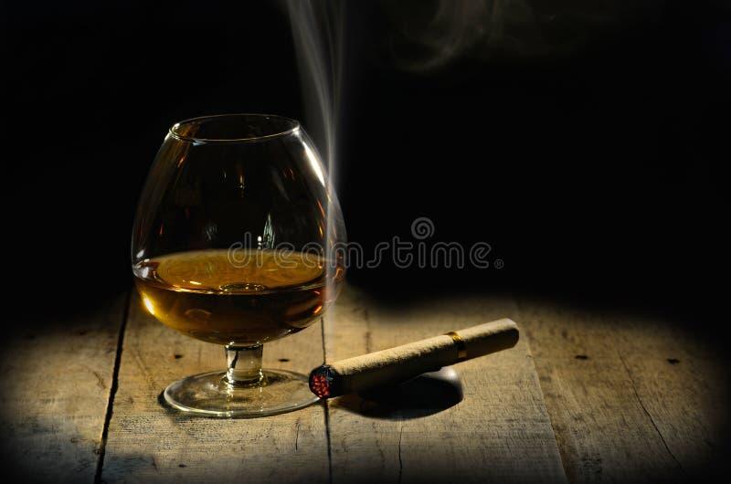 Cognac e sigaro Vetro di brandy immagini stock libere da diritti