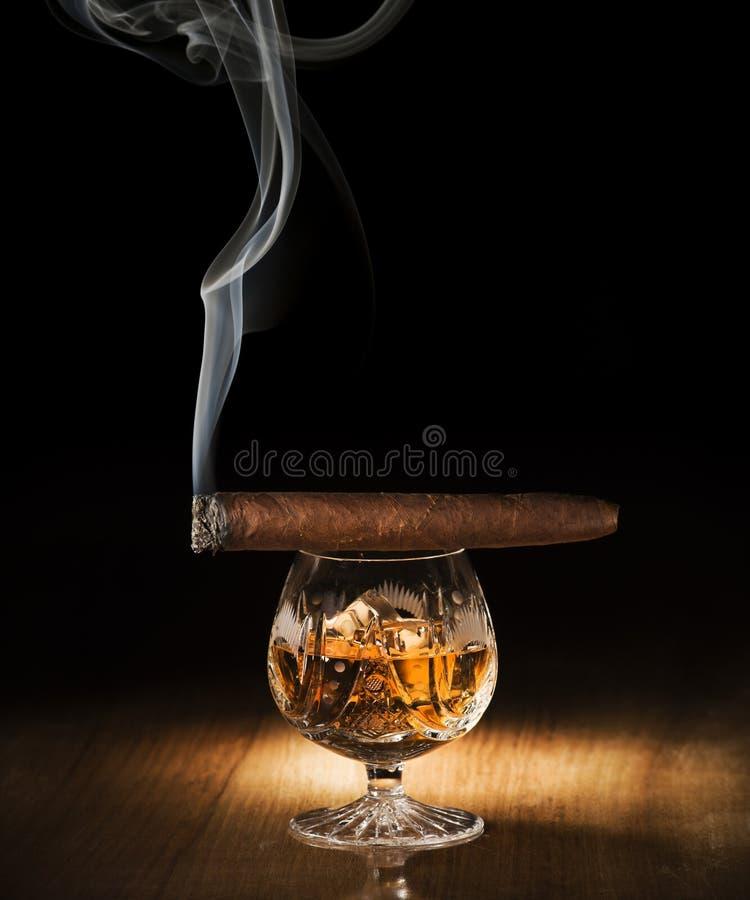 Cognac en sigaar stock foto's