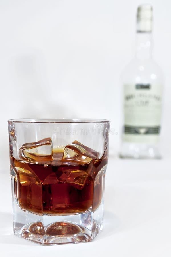 Cognac en verre sur le fond de la bouteille image stock
