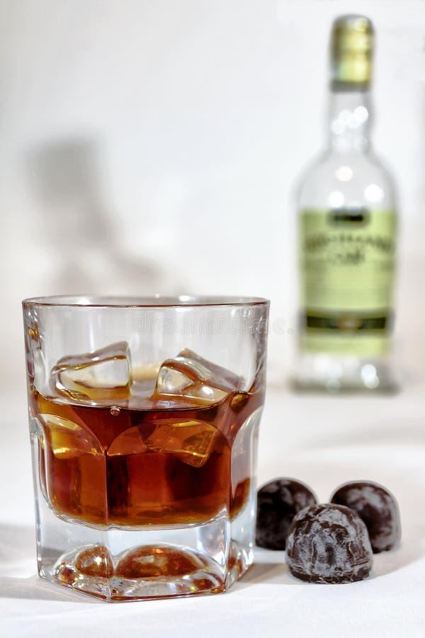 Cognac en verre sur le fond de la bouteille photos stock