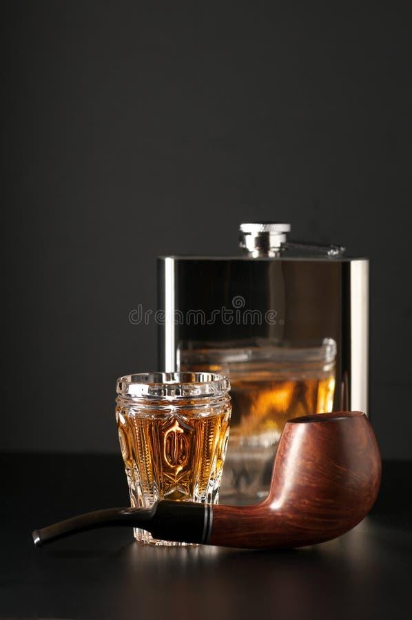 Cognac, flacon et pipe photographie stock