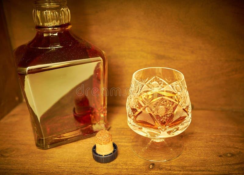 Cognac i ett crystal exponeringsglas arkivbilder