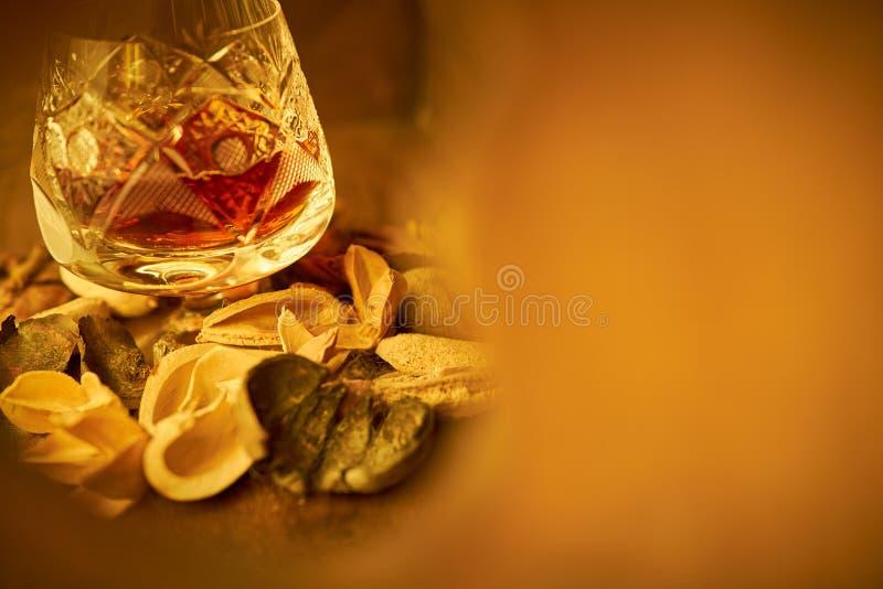 Cognac i ett crystal exponeringsglas fotografering för bildbyråer