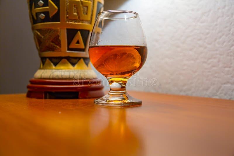 Cognac met citroen in een glas royalty-vrije stock fotografie