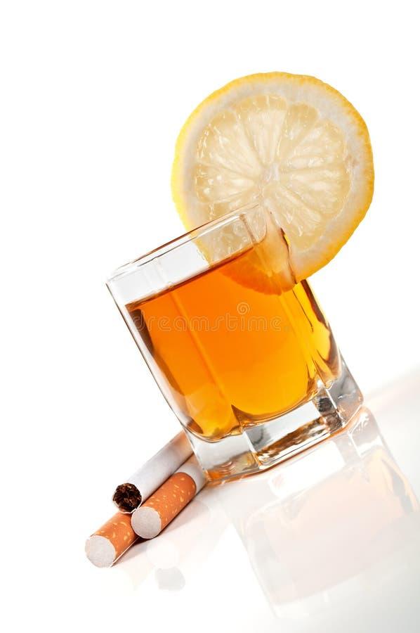 Cognac met citroen en sigaretten royalty-vrije stock foto's